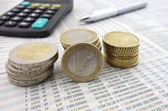 Moedas do Euro no jornal Imagem de Stock
