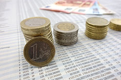 Moedas do Euro no jornal Foto de Stock