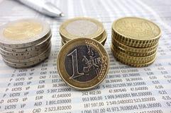 Moedas do Euro no jornal Fotos de Stock Royalty Free