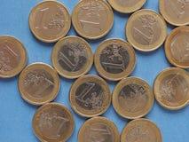 Moedas do Euro, União Europeia sobre o azul Fotos de Stock