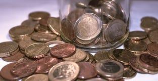 Moedas do Euro, moedas do whit do frasco do mealheiro foto de stock