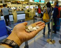 Moedas do iene japonês em uma mão Fotos de Stock
