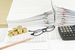 Moedas do lápis e de ouro de Brown com espetáculos e calculadora Imagem de Stock