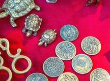 Moedas do metal da lembrança e estatuetas das tartarugas fotografia de stock
