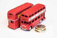 Moedas do ônibus de Londres e de 1 libra Foto de Stock