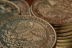 Moedas do peso mexicano Fotografia de Stock