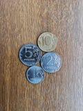 Moedas do rublo de nomalals diferentes em uma placa de madeira foto de stock royalty free