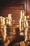 Moedas do tesouro na tabela Fotos de Stock Royalty Free