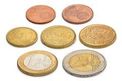 Moedas dos euro e dos eurocents isolados em um fundo branco Fotos de Stock