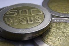 500 moedas dos pesos colombianos Macro da composição das moedas Fotografia de Stock Royalty Free