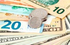 Moedas dos rublos de russo sobre cédulas diferentes da moeda Imagem de Stock Royalty Free