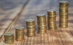 Moedas douradas classificadas na forma de uma rocha crescente foto de stock