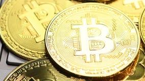 Moedas douradas de Bitcoin vídeos de arquivo
