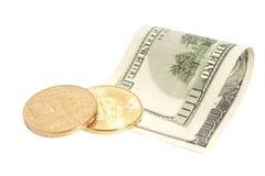 Moedas douradas do bitcoin e cem cédulas do dólar Fotografia de Stock Royalty Free