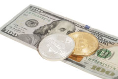 Moedas douradas e de prata do bitcoin e cem cédulas do dólar Imagem de Stock Royalty Free