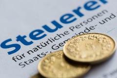 Moedas douradas suíças e de imposto de Zurique formulário da declaração imagem de stock royalty free