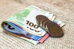 Moedas e as cédulas do dinheiro as euro- empilhadas em se differen dentro Fotografia de Stock Royalty Free