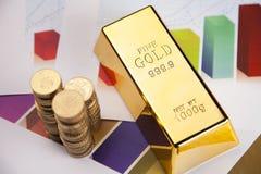Moedas e barra de ouro na carta Imagem de Stock Royalty Free