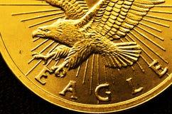 Moedas e barras de ouro Fotos de Stock Royalty Free