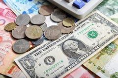 Moedas e calculadora da cédula do dólar americano imagem de stock