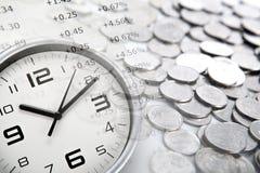 Moedas e dígitos face do relógio e do rublo de russo brancos fotografia de stock royalty free