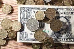 Moedas e dólares Fotografia de Stock Royalty Free