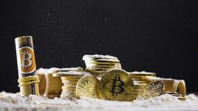 Moedas e dinheiro de Cryptocurrency cobertos com o pó vídeos de arquivo