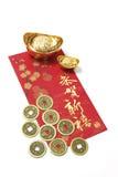 Moedas e lingotes chineses do ouro no pacote vermelho Fotografia de Stock Royalty Free