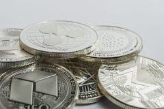 Moedas físicas do cryptocurrency de Blockchain cercadas com variedade de outros altcoins criptos imagens de stock royalty free