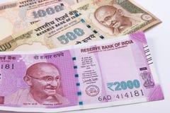 2000 moedas indianas novas da rupia sobre 500 rupias e 1000 rupias Imagens de Stock