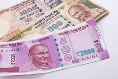 2000 moedas indianas novas da rupia sobre 500 rupias e 1000 rupias Foto de Stock