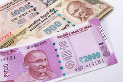 2000 moedas indianas novas da rupia sobre 500 rupias e 1000 rupias Foto de Stock Royalty Free
