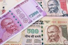 2000 moedas indianas novas da rupia sobre 500 rupias e 1000 rupias Imagem de Stock