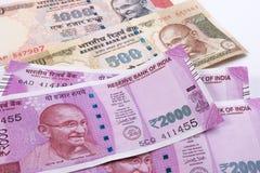 2000 moedas indianas novas da rupia sobre 500 rupias e 1000 rupias Fotografia de Stock Royalty Free