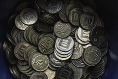 Moedas israelitas em um potenciômetro fotos de stock royalty free