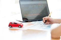 Moedas modelo de And Stack Of do carro na mesa Imagens de Stock Royalty Free