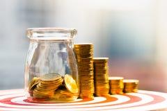 Moedas na pilha da garrafa e das moedas economia do dinheiro e conceito do investimento fotografia de stock royalty free