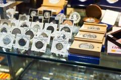 Moedas no contador na loja da numismática Imagem de Stock Royalty Free