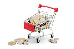 Moedas novas do baht tailand?s no carrinho de compras diminuto vermelho fotografia de stock royalty free