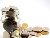 Moedas recolhidas, dinheiro do baht tailandês no vidro, isolado no fundo branco Foto de Stock Royalty Free