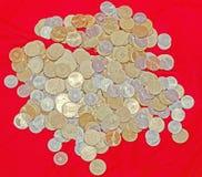 Moedas romenas, 50 bani, 10 bani, grupo, dinheiro do cobre, metal, ascendente dourado, próximo, textura, fundo Fotos de Stock