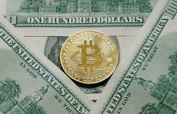 Moedas simbólicas do bitcoin em cédulas de cem dólares Foto de Stock Royalty Free