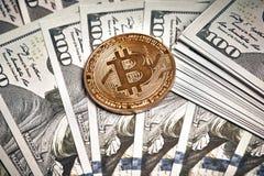 Moedas simbólicas do bitcoin em cédulas de cem dólares Dinheiro do bitcoin da troca para um dólar Fotografia de Stock
