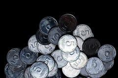 Moedas ucranianas isoladas no fundo preto Opinião do Close-up As moedas são ficadas situadas abaixo do centro do quadro imagens de stock royalty free