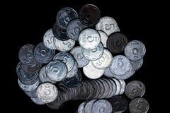 Moedas ucranianas isoladas no fundo preto Opinião do Close-up As moedas são ficadas situadas no centro do quadro foto de stock