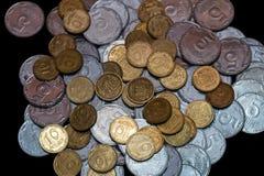 Moedas ucranianas pequenas isoladas no fundo preto Close-up fotografia de stock royalty free