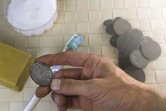 Moedas velhas de limpeza encontradas por um detector de metais imagem de stock royalty free