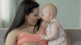 Moeder-aan-houdt en nuzzling met klein kind, moederlijke liefde, verbinding stock videobeelden