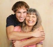 Moeder & het Volwassen Portret van de Zoon Stock Afbeeldingen