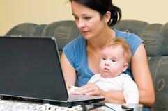 Moeder, baby en laptop Stock Afbeelding